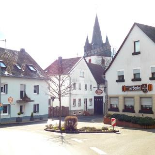 Startpunkt in der Ortsmitte Hennweilers