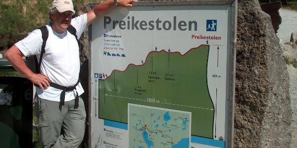 Info-Tafel an der Preikestolenhütte zum Profil der Wanderung zum Preikestolen