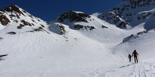 Durch die steile Rinne hinauf zum Sattel, wo...
