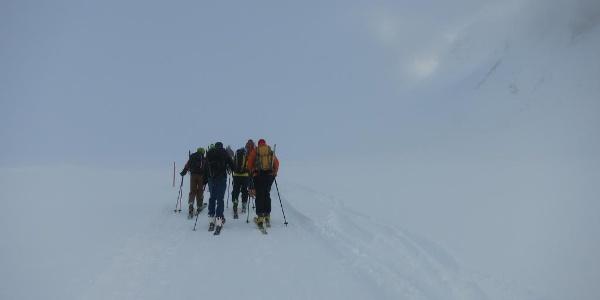 Noch im Nebel geht es in der Früh entlang des Alpeiner Baches bergwärts.
