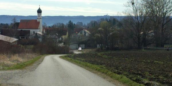 Utting, im Hintergrund Kloster Andechs
