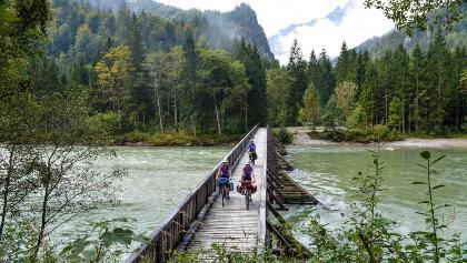 Auf der Ennsbrücke im Nationalpark Gesäuse