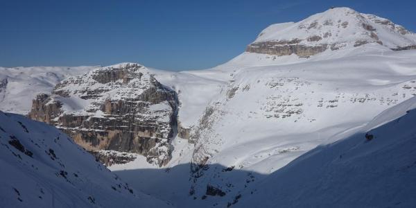 Einfahrt in das Tal nach der Hütte an der Pordoischarte. Blick auf den Piz Boe.