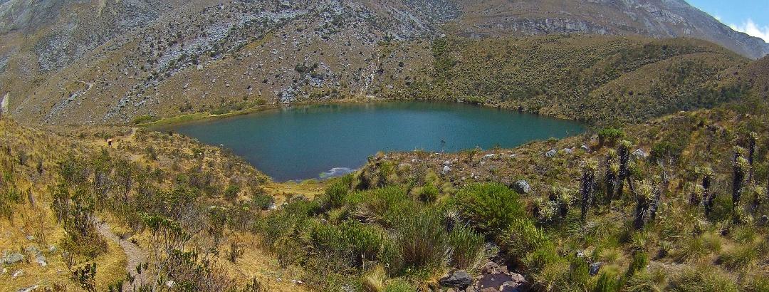Blick auf die Laguna la Pintada im Vordergrund und den bereits sichtbaren schneebedeckten Gipfel des Pan De Azúcar (5250 m) im Hintergrund.