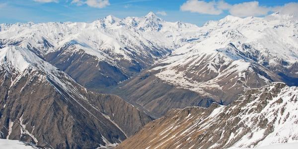 Blick vom Gipfel des Bidara (3174 m) in Richtung Kazbek