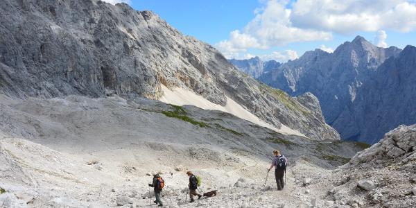 Die einen bergauf, die andern bergab: Viele fahren mit der Bergbahn rauf und steigen dann über Knorrhütte und Gatterl wieder nach Ehrwald ab.