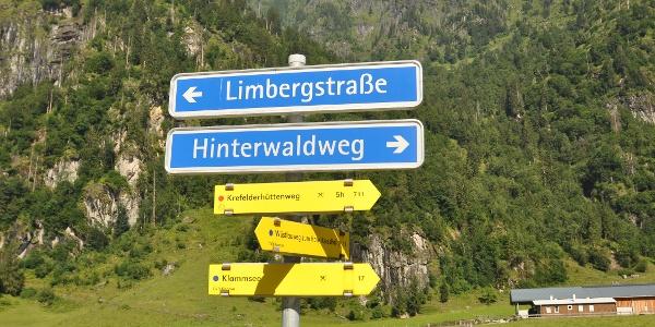 """Startpunkt der Tauerntour: Die Bushaltestelle """"Hinterwald"""""""