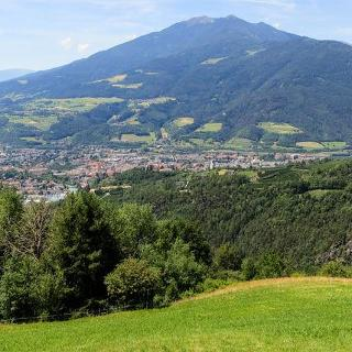 Am westlichen Berghang von Brixen führt der Keschtnweg entlang durchs Eisacktal.