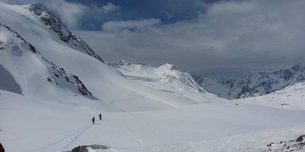 Der flache Zustieg. Im hinteren, linken Drittel die Bergstation der Seilbahn.