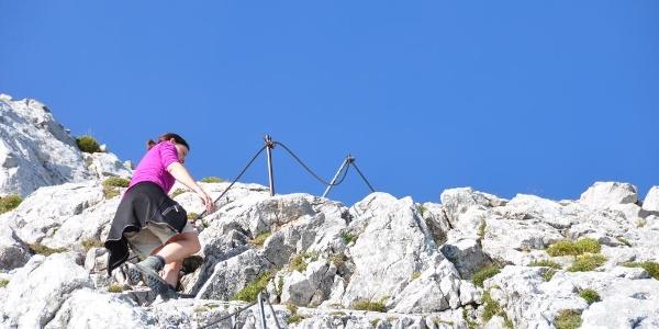 Die alpine Schlüsselstelle beim Aufstieg auf das Hocheck - eine seilversicherte Passage stellt keine Schwiegrigkeit dar.