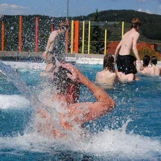 Ab ins kühle Nass im Schwimmbad Panoramablick in Eibelshausen