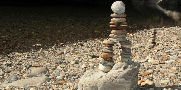 Steinmänchen am Fluss