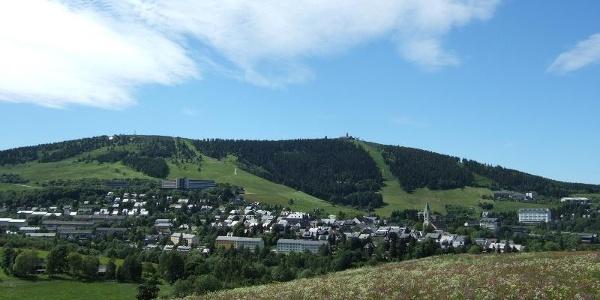 Blick auf Kurort Oberwiesenthal und Fichtelberg
