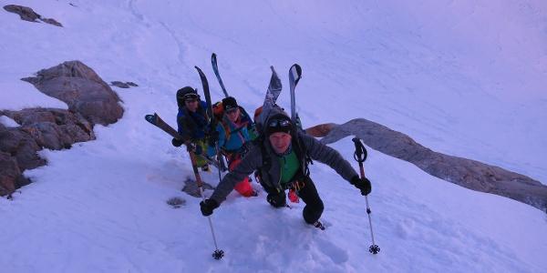 ... müssen die Skier ein kurzes Stück getragen werden.