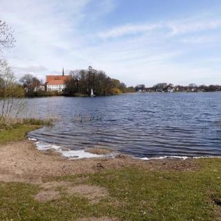 Der Bordesholmer See von Nordwesten. Im Hintergrund links die Bordesholmer Klosterkiche.