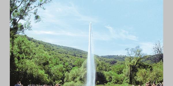 Vulkanpark-Radweg_Geysir, eine heiße Quelle, die ihr Wasser als Fontäne ausstößt