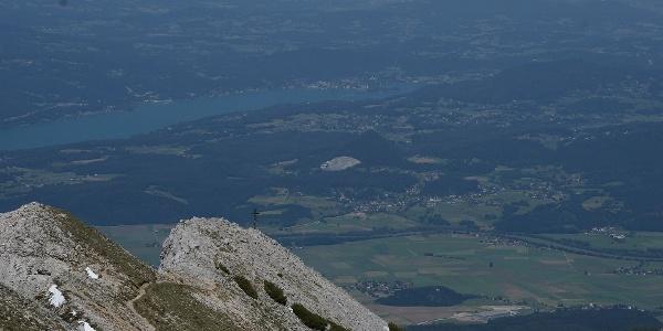 Blick über das Ostgratkreuz zum Wörther See