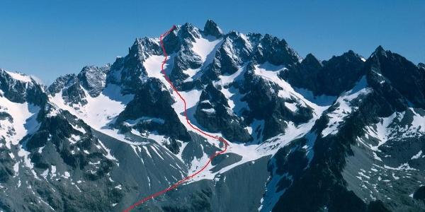 Die Montagne des Agneaux (3634 m) von Südwesten mit dem ungefähren Routenverlauf auf den Nordwestgipfel (Aufnahmedatum nicht ident mit der folgenden Bilderserie vom 29.04.2016).