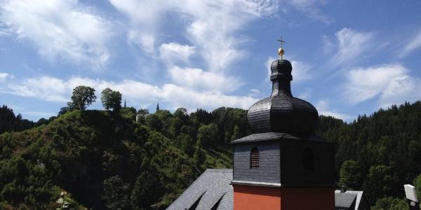 Jubilate-Kirche im Ortsteil Grund mit Schloßberg