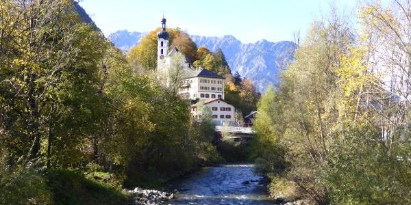 Blick von Brücke auf Pfarrkirche Tschagguns