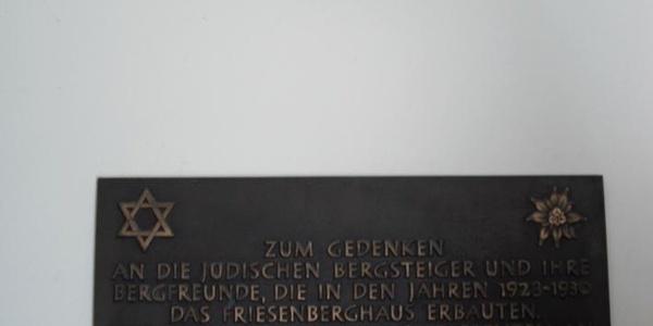 Gedenktafel im inneren der Hütte.
