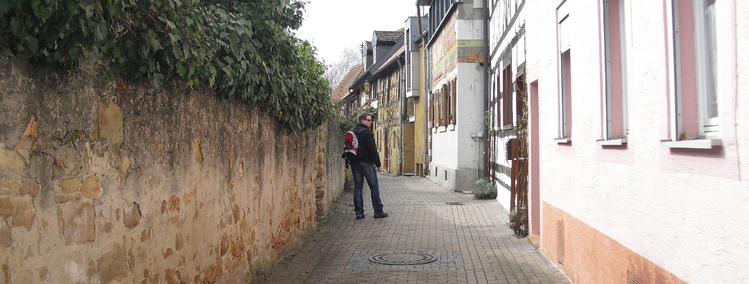 Wandern durch die verwinkelten Gassen von Deidesheim.