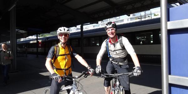 0100 beim Bahnhof Baden - Lokalmatador Yves gab den letzten Schliff für die Tour - schönes Merci dafür
