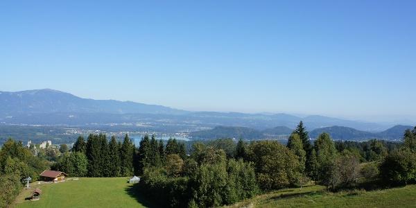 Blick vom Baumgartnerhof Richtung Burgruine Finkenstein und Faaker See
