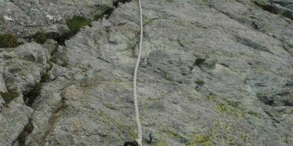 Die letzten Meter sind mit Seilen versichert.