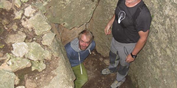 durch einen schmalen Durchschlupf gelangt man in die Grotte
