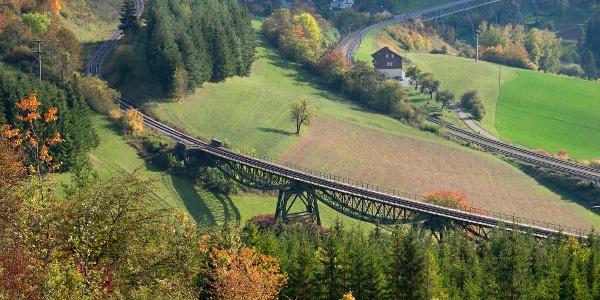 Vier-Bahnen-Blick: Biesenbach-Viadukt mit Bahnhof und Talübergang Epfenhofen