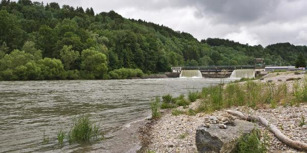 Wasserkraft und Natur an der Iller bei der Hängebrücke.