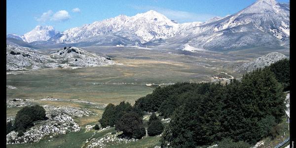 Campo Imperatore mit Corno Grande (links), Monte Prena (Mitte) und Monte Camicia (rechts) vom Valico Capo di Serre