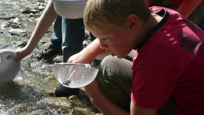 Mit dem Forscherrucksack könnt ihr das Wasser genauer untersuchen.