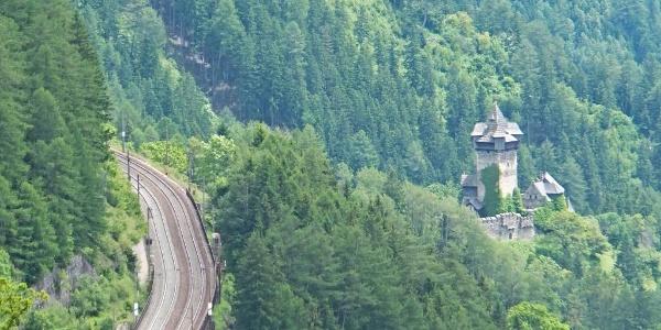 Tauernbahn und Burg Falkenstein