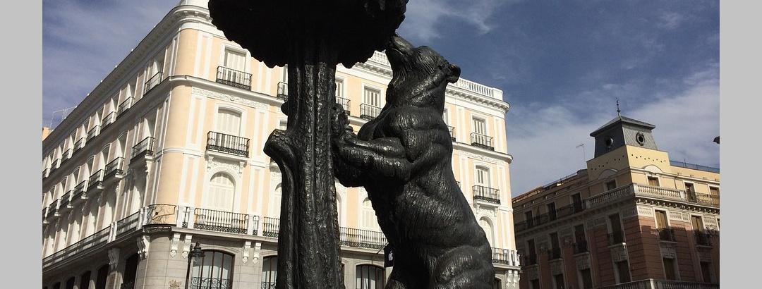 Das Wappenmotiv Madrids auf der Puerta del Sol