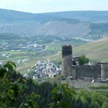 Blick auf die Burg Landshut und Kues
