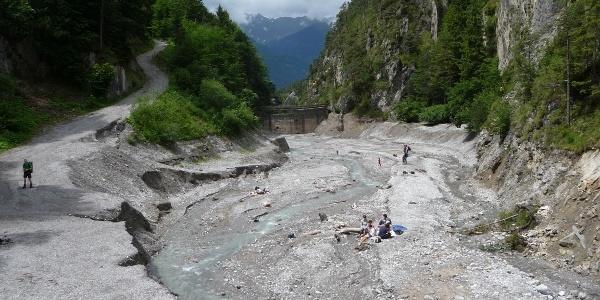 Becken der Geschiebesperre, bei Niedrigwasser ein toller Spielplatz