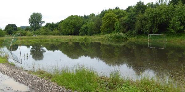 Überfluteter Sportplatz im Glantal