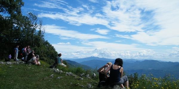 Von der Gipfelwiese des Sasso del Ferro schweift der Blick weit nach Süden.