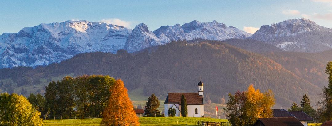 Blick ins Ammergebirge und auf die Hochplatte mit der Kapelle St. Peter im Vordergrund