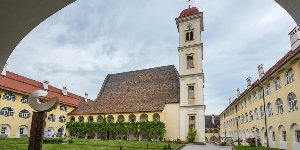 Innenhof Stift St. Georgen mit Kirche St. Georg