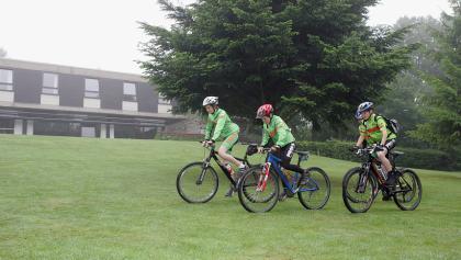 Mountainbiker an der Jugendherberge Monschau-Hargard
