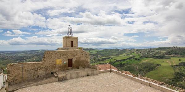 Uhrturm und Landschaft