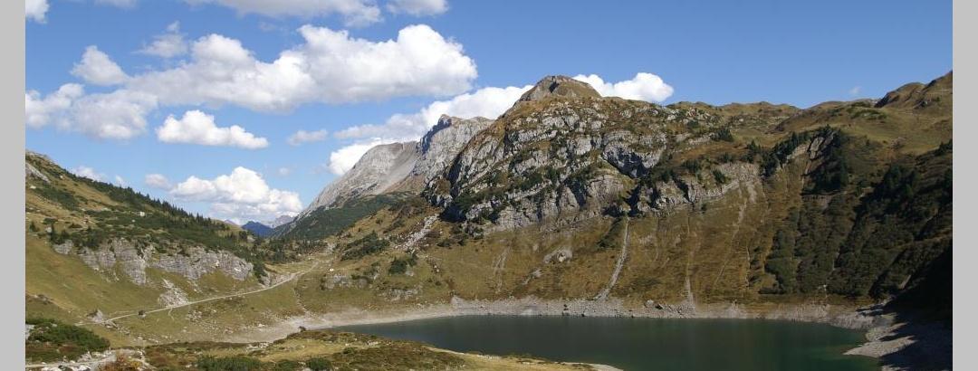 Blick in der Nähe von der Freiburger Hütte auf den Formarinsee
