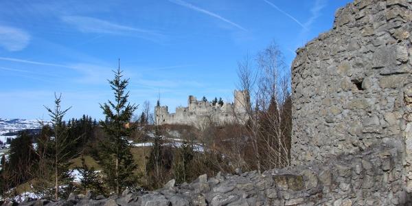 Burgruine Hohenfreyberg von der Ruine Eisenberg gesehen.