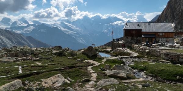 Grandiose Aussicht auf Rimpfischhorn, Allalinhorn, Alphubel und die ganze Mischabelgruppe von der Hütte aus