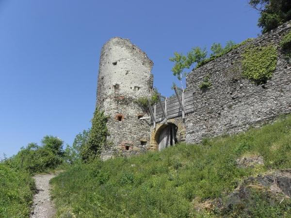 Aufgang zur Burgruine Mägdeberg