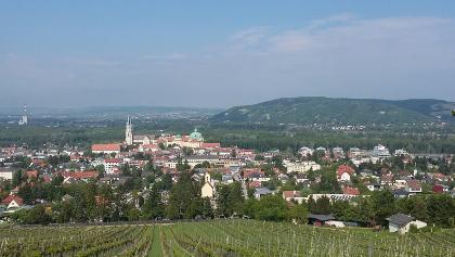 Blick aufs Stift Klosterneuburg zum Beginn der Tour