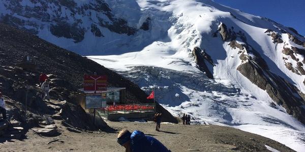 Blick von der Bergstation Hohsaas zum Normalweg auf die Weissmies.